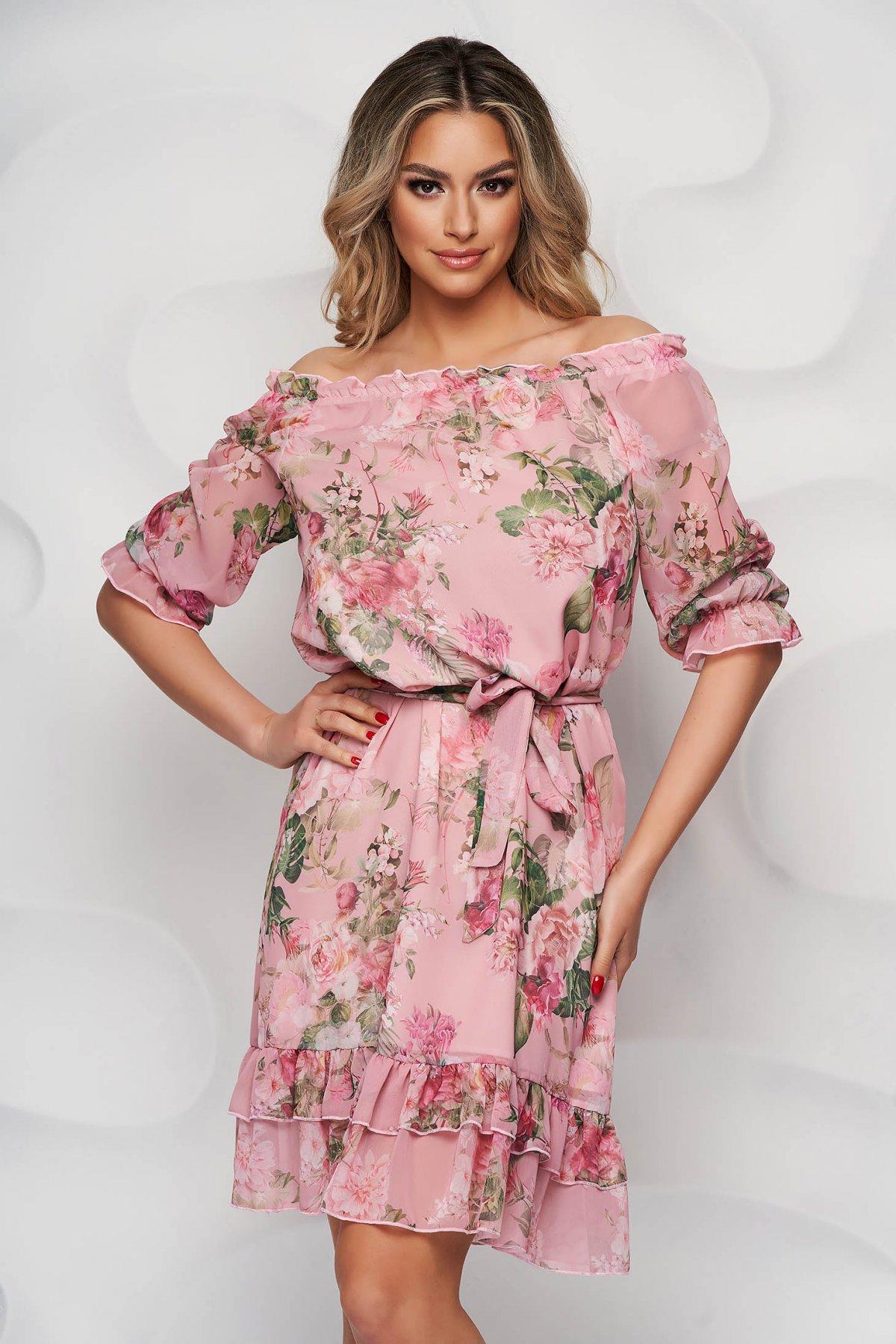 Rochie StarShinerS cu imprimeu floral midi din material subtire cu volanase la baza rochiei si cu maneci prinse in elastic - medelin.ro