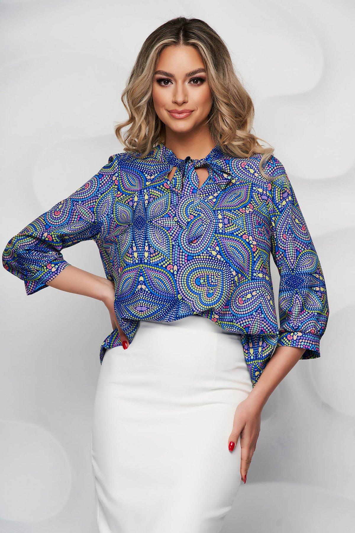 Bluza dama StarShinerS albastra cu imprimeu floral din material vaporos cu guler tip esarfa