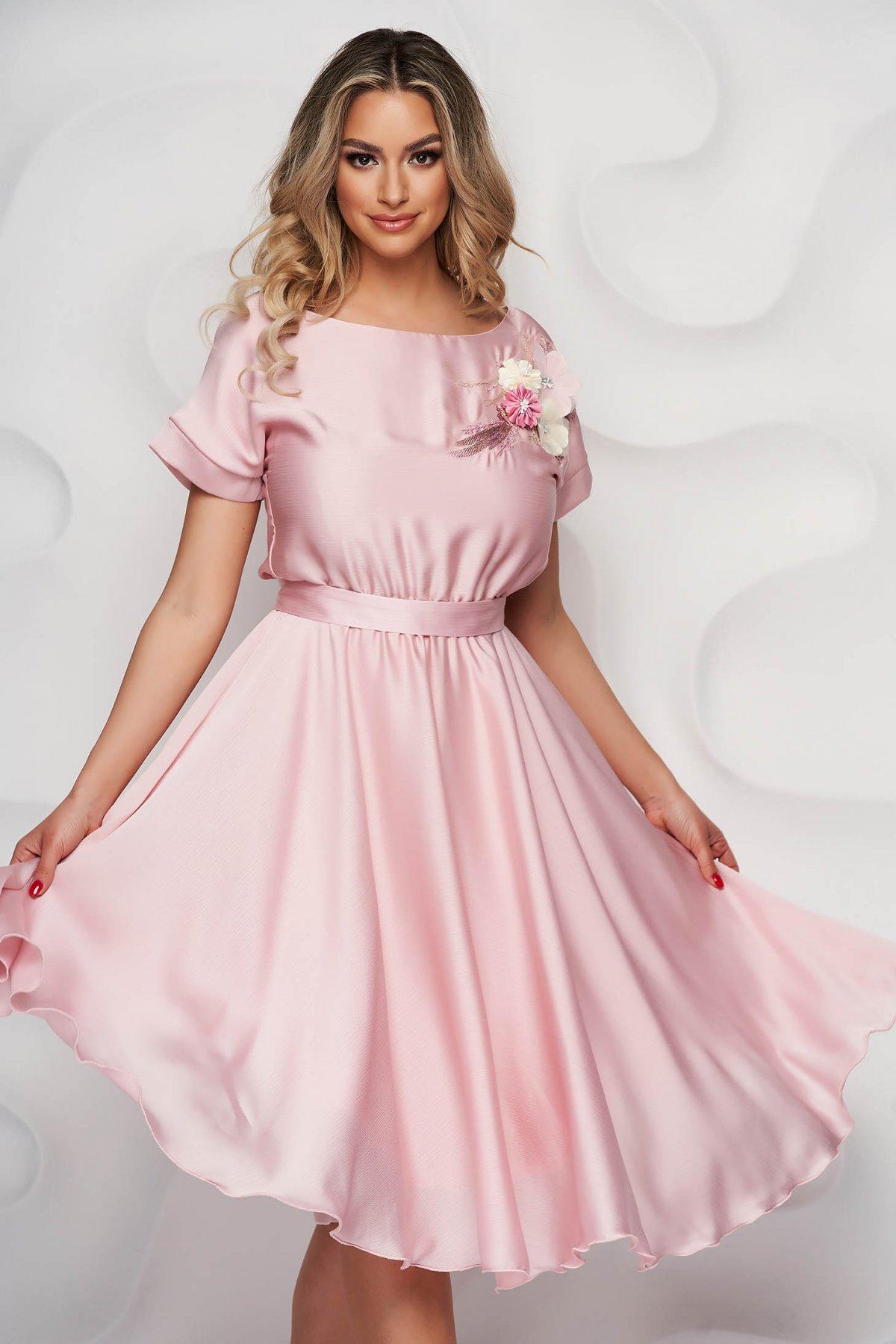 Rochie StarShinerS eleganta roz prafuit midi in clos din chiffon creponat cu elastic in talie si broderie florala - medelin.ro