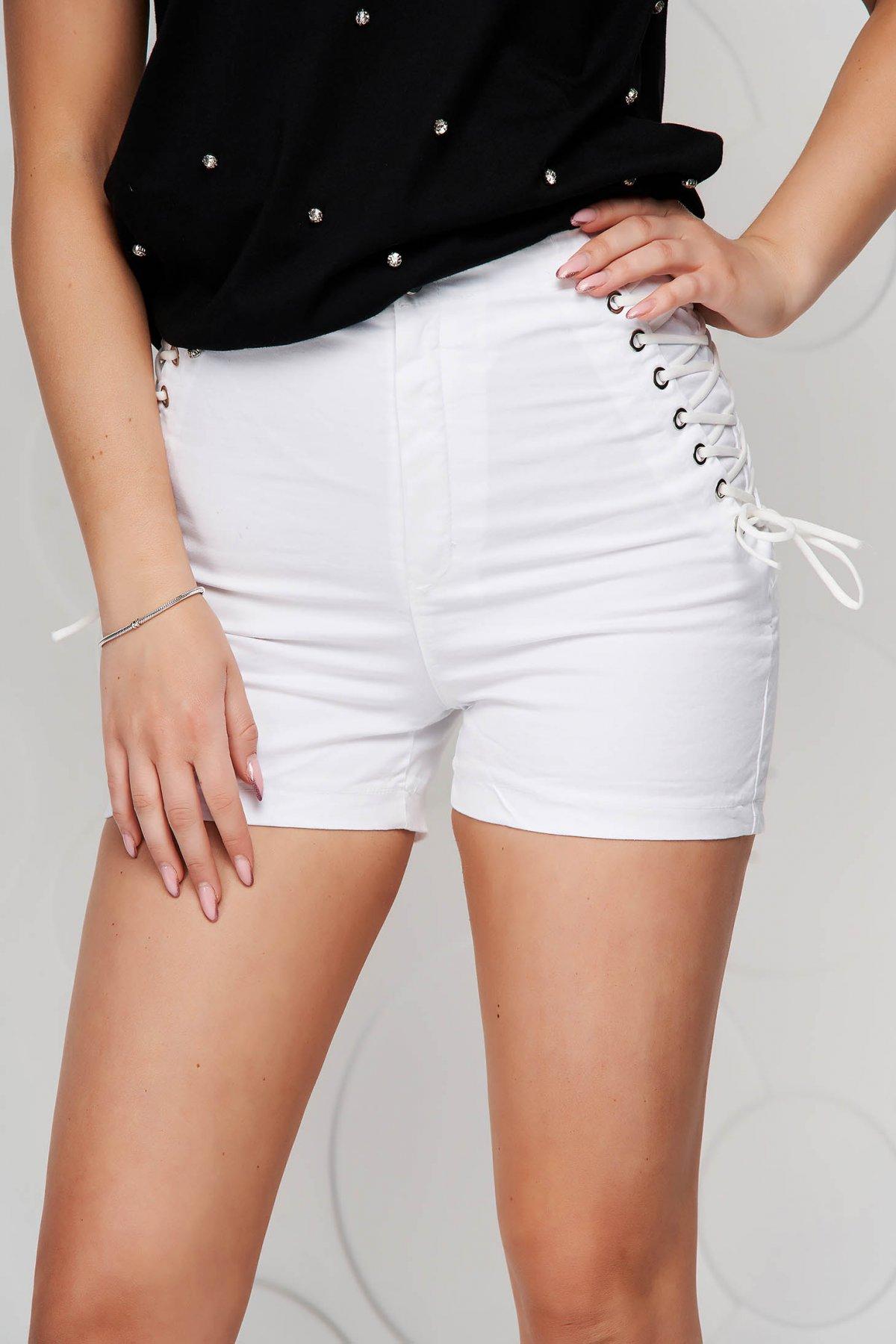 Pantaloni scurti SunShine ivoire din material elastic cu talie inalta mulati accesorizati cu snur