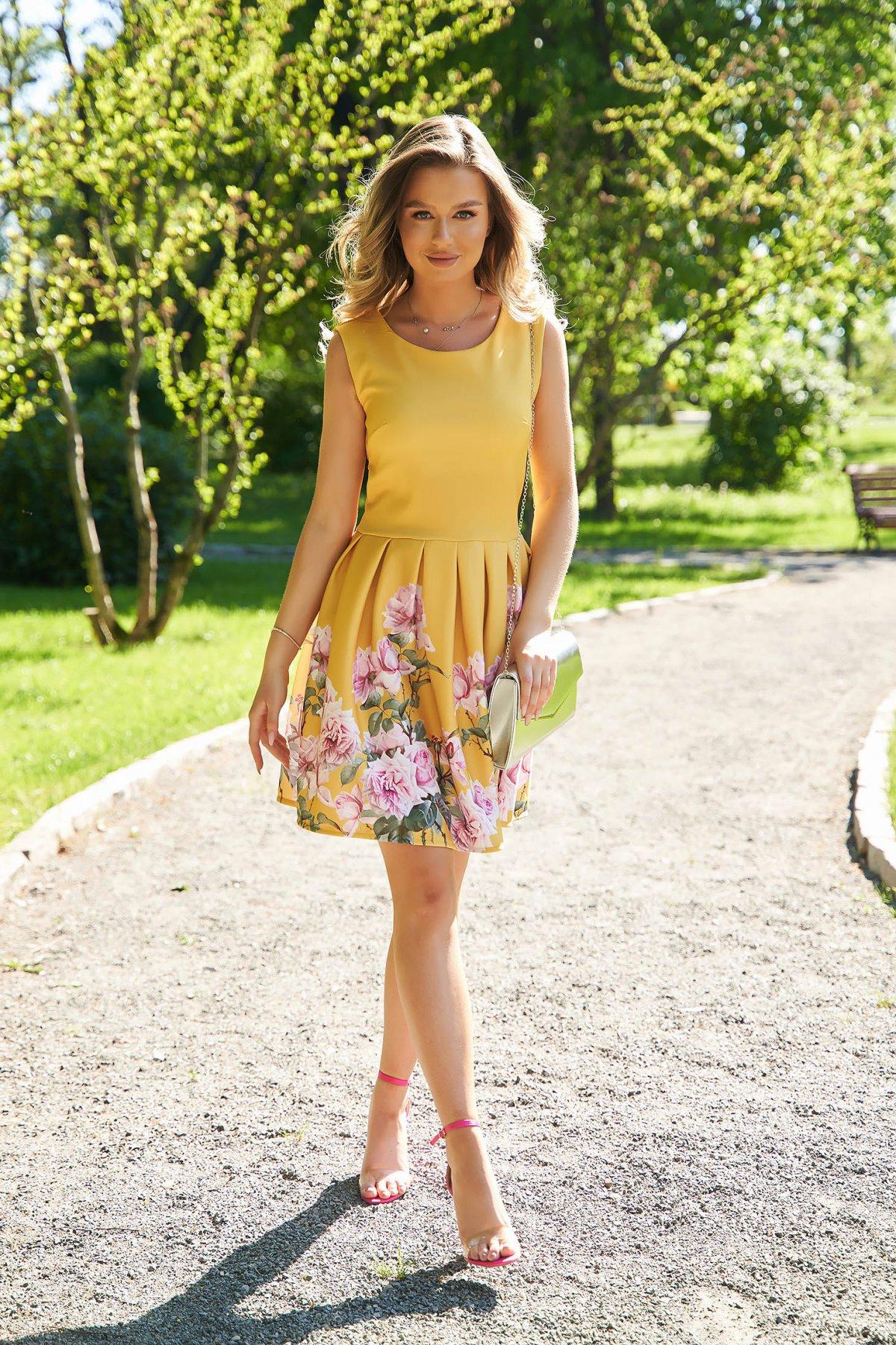 Rochie SunShine galbena cu imprimeu floral scurta in clos din material usor elastic - medelin.ro
