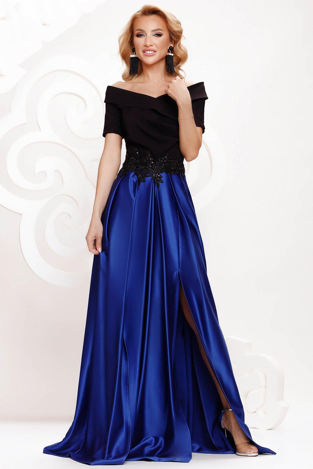 Rochie albastra din satin de ocazie in clos crapata pe picior pe umeri accesorizata cu pietre stras