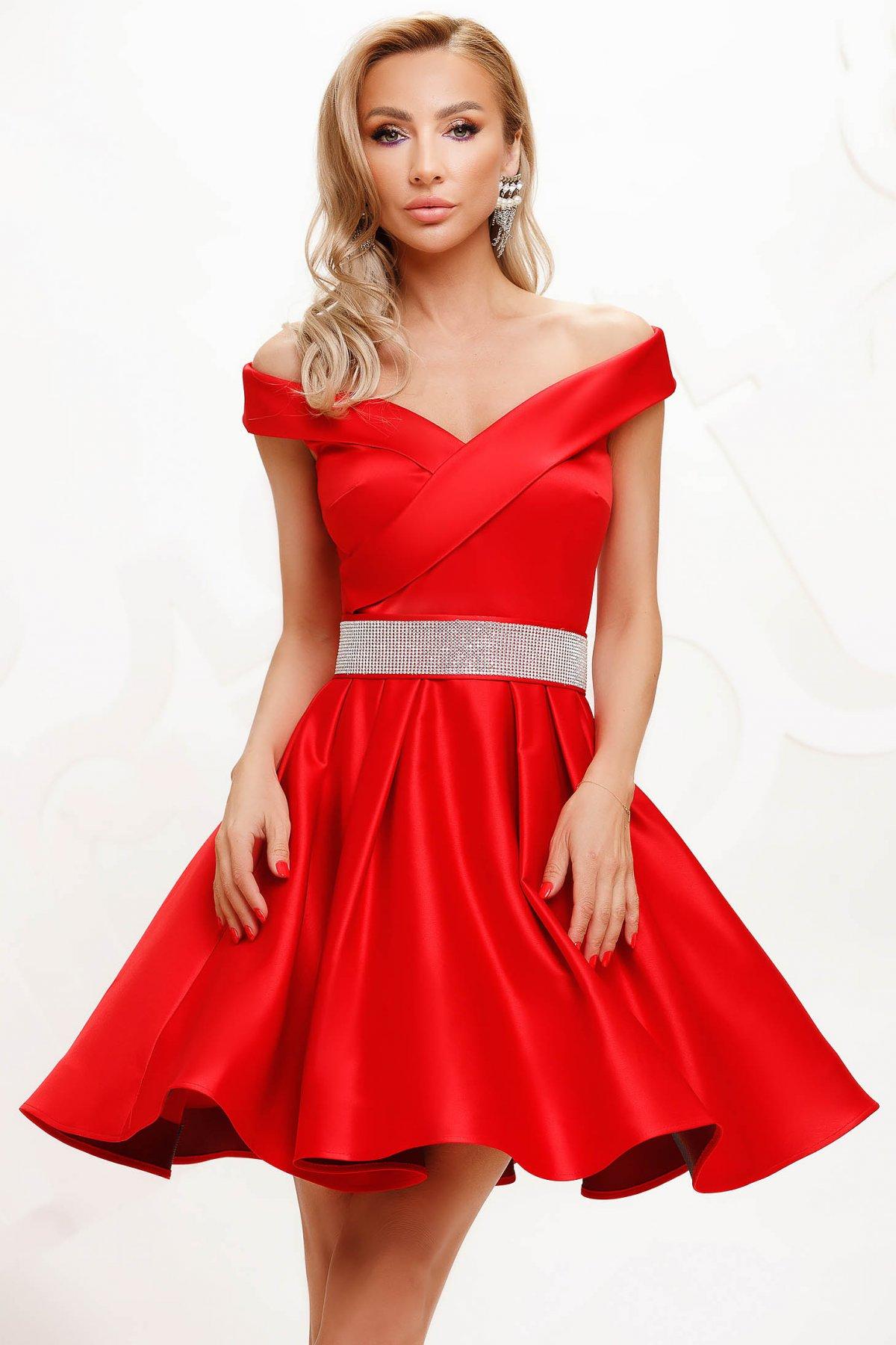 Rochie Artista rosie din satin de ocazie in clos accesorizata cu o centura pe umeri