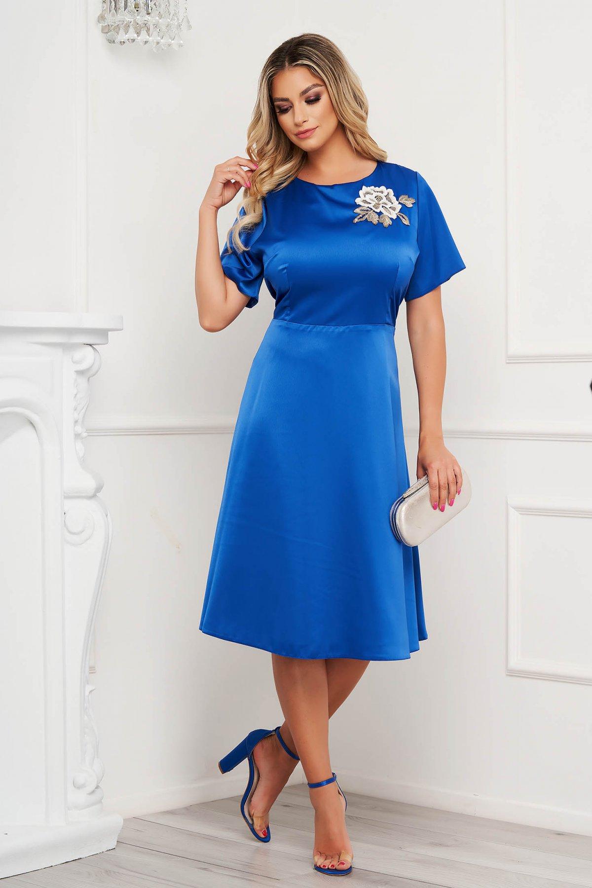 Rochie Lady Pandora albastra eleganta din material satinat cu croi in a si broderie florala - medelin.ro