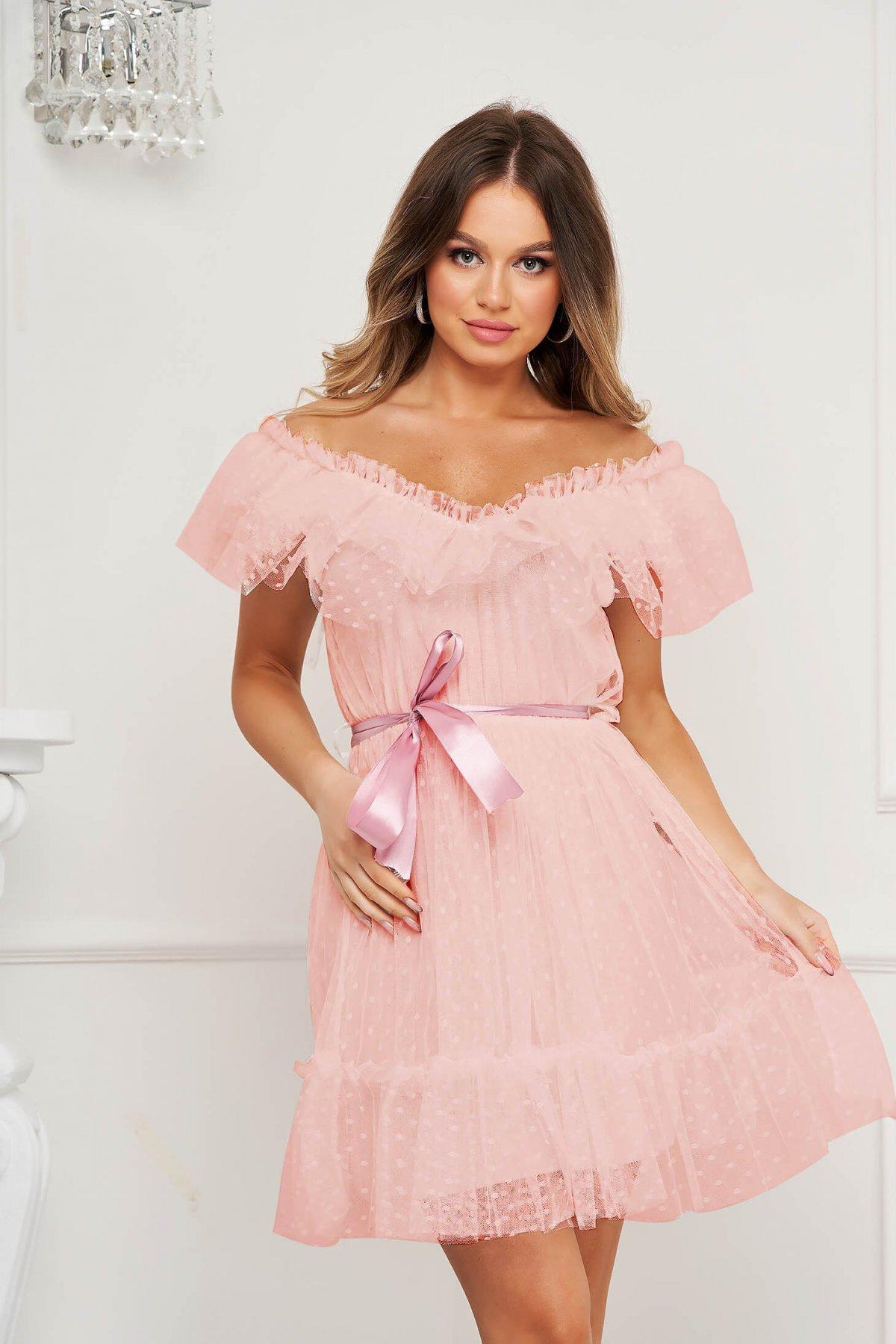 Rochie roz prafuit de ocazie din tul in clos cu aplicatii din plumeti pe umeri accesorizata cu cordon - medelin.ro