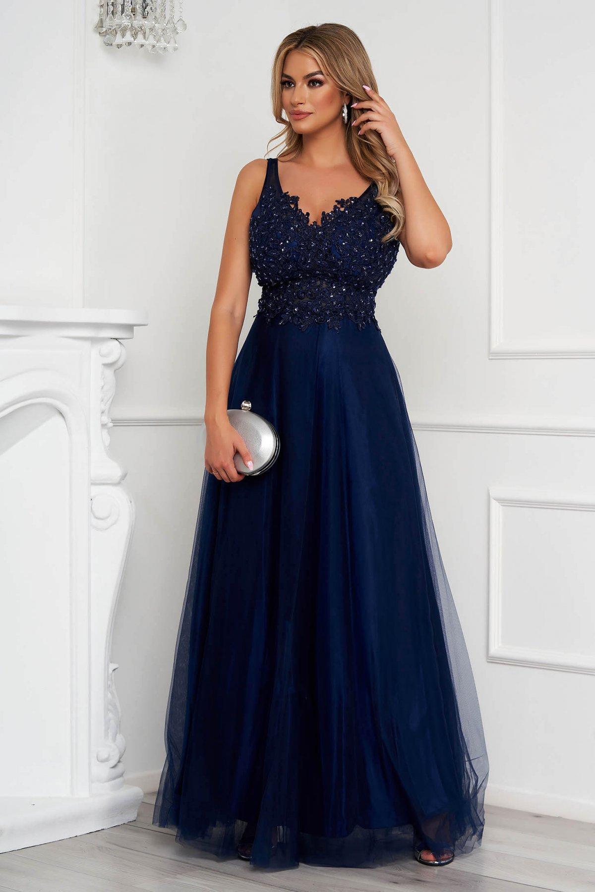 Rochie albastru-inchis lunga de ocazie in clos din tul cu broderie si aplicatii cu paiete si perle - medelin.ro