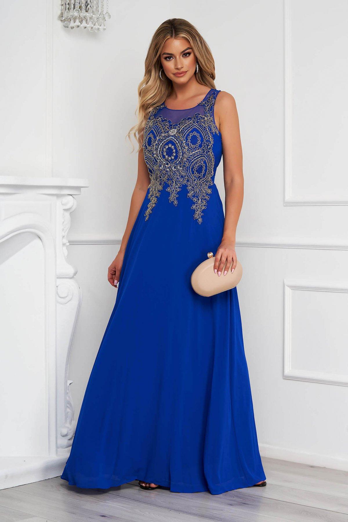 Rochie albastra lunga de ocazie in clos din tul cu broderie in fata si aplicatii cu pietre strass