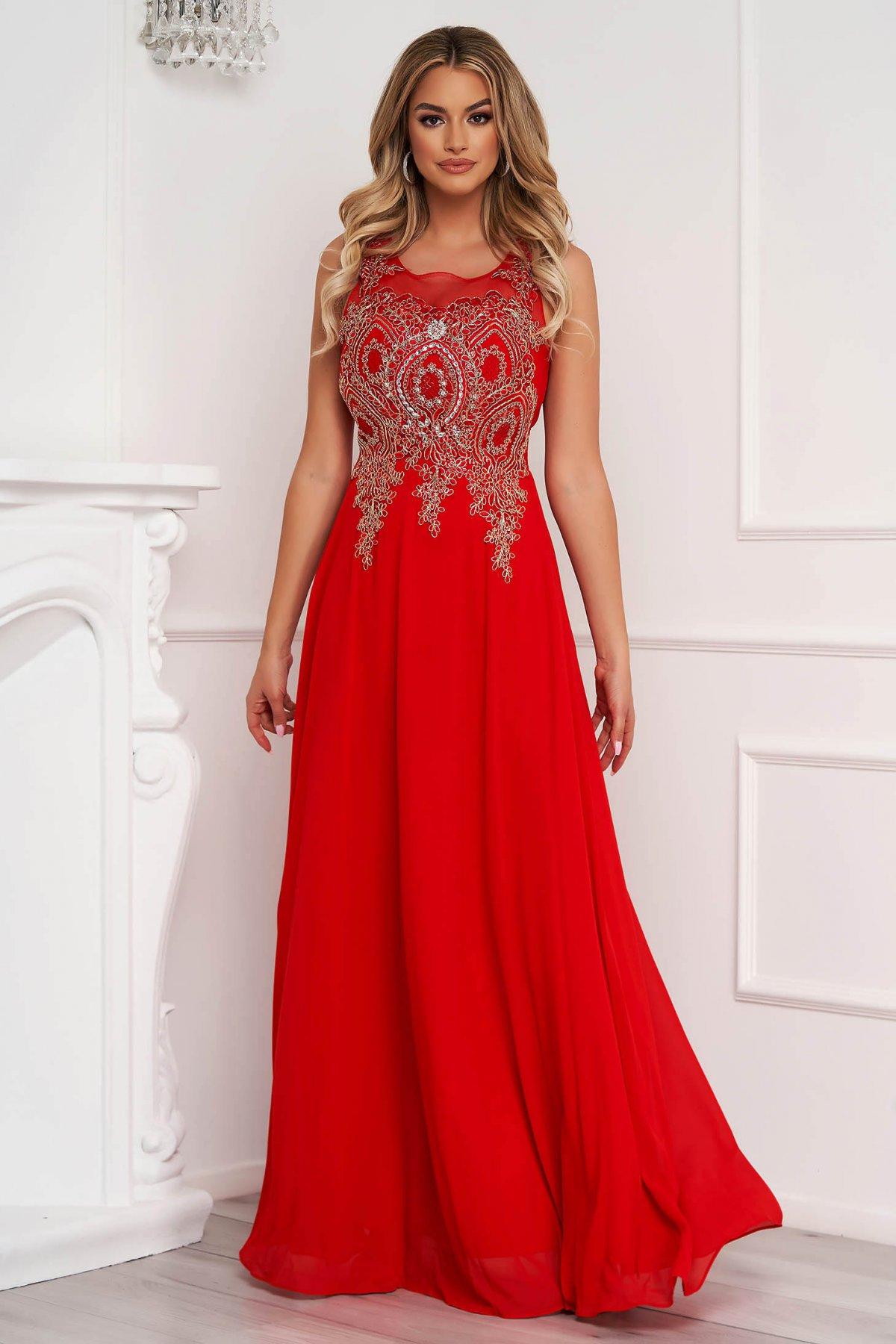 Rochie rosie lunga de ocazie in clos din tul cu broderie in fata si aplicatii cu pietre strass