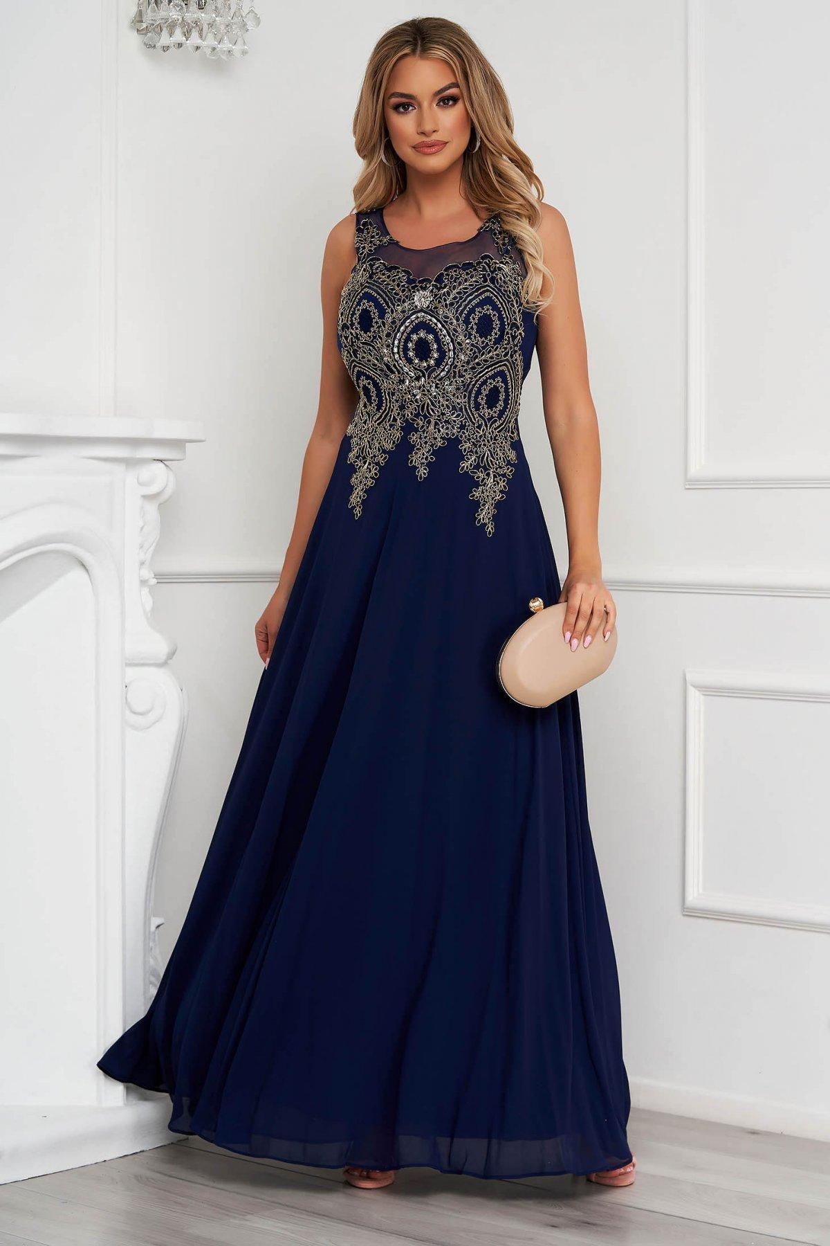 Rochie albastru-inchis lunga de ocazie in clos din tul cu broderie in fata si aplicatii cu pietre strass
