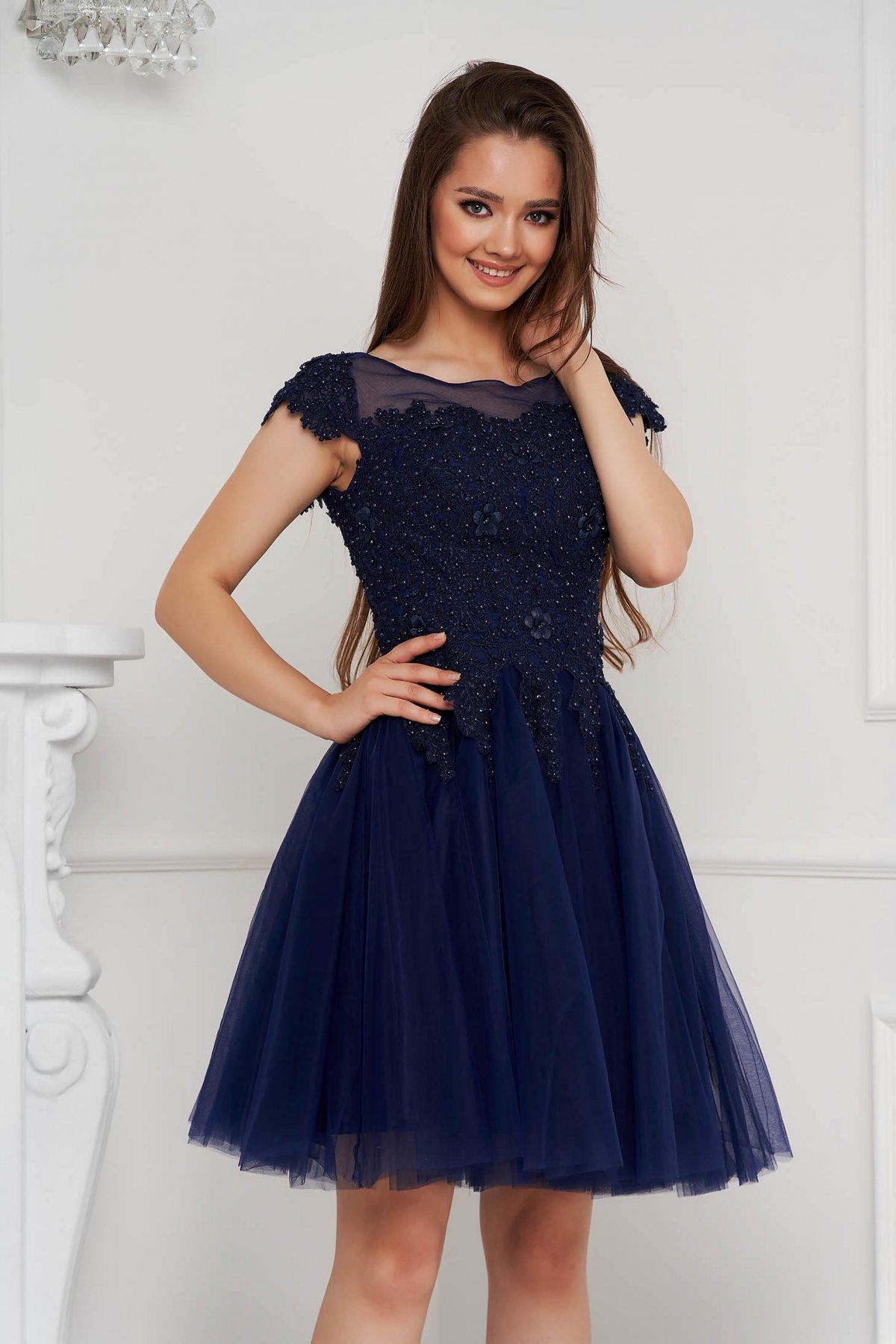 Rochie albastru-inchis scurta de ocazie in clos din tul cu broderie si aplicatii cu perle