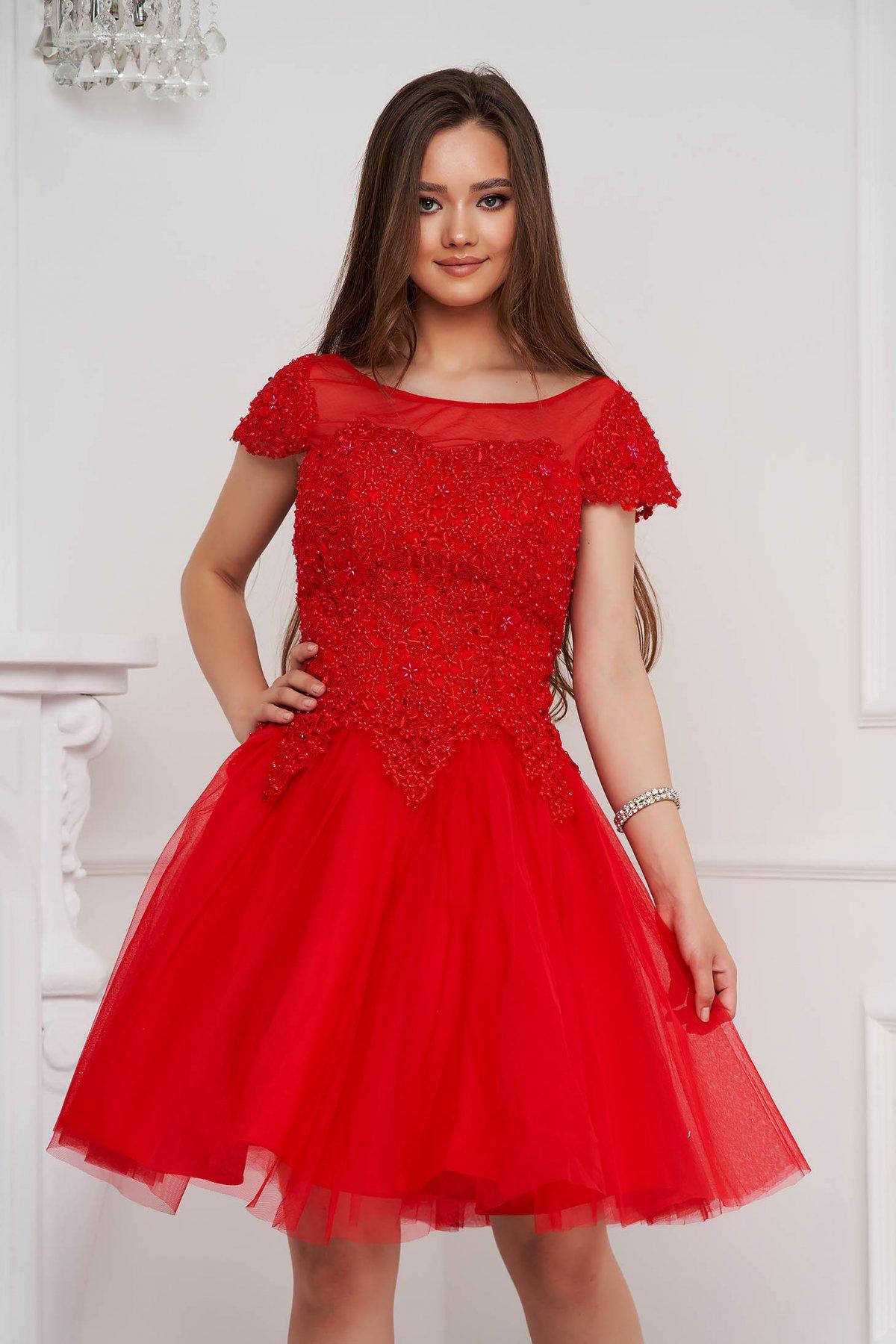Rochie rosie scurta de ocazie in clos din tul cu broderie si aplicatii cu perle