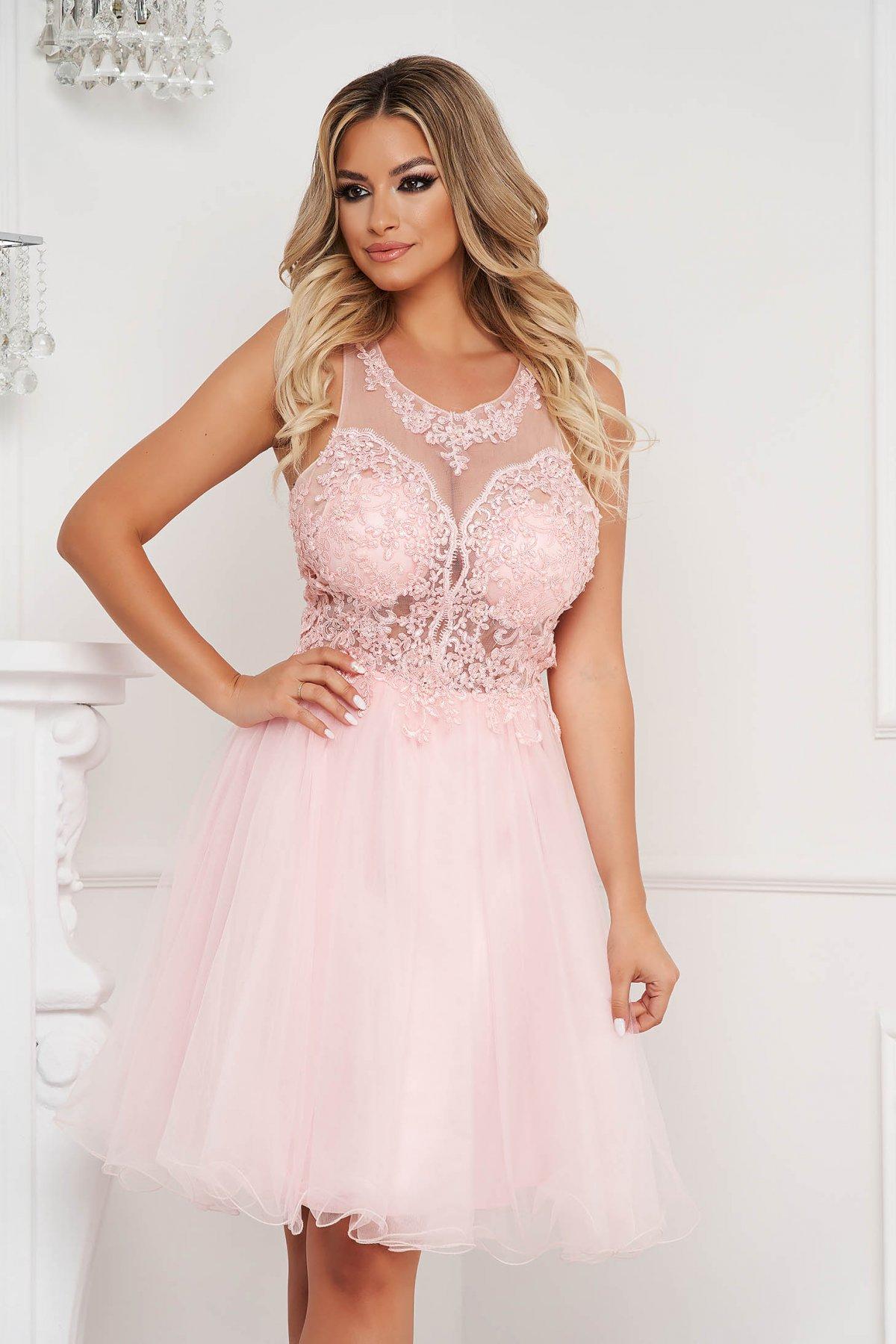 Rochie Lady Pandora roz deschis scurta de ocazie din tul in clos cu aplicatii de dantela si perle