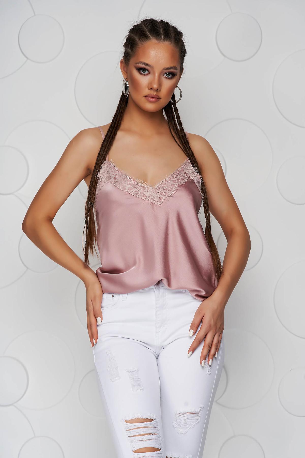 Top SunShine roz prafuit cu croi larg din satin cu aplicatii de dantela si bretele