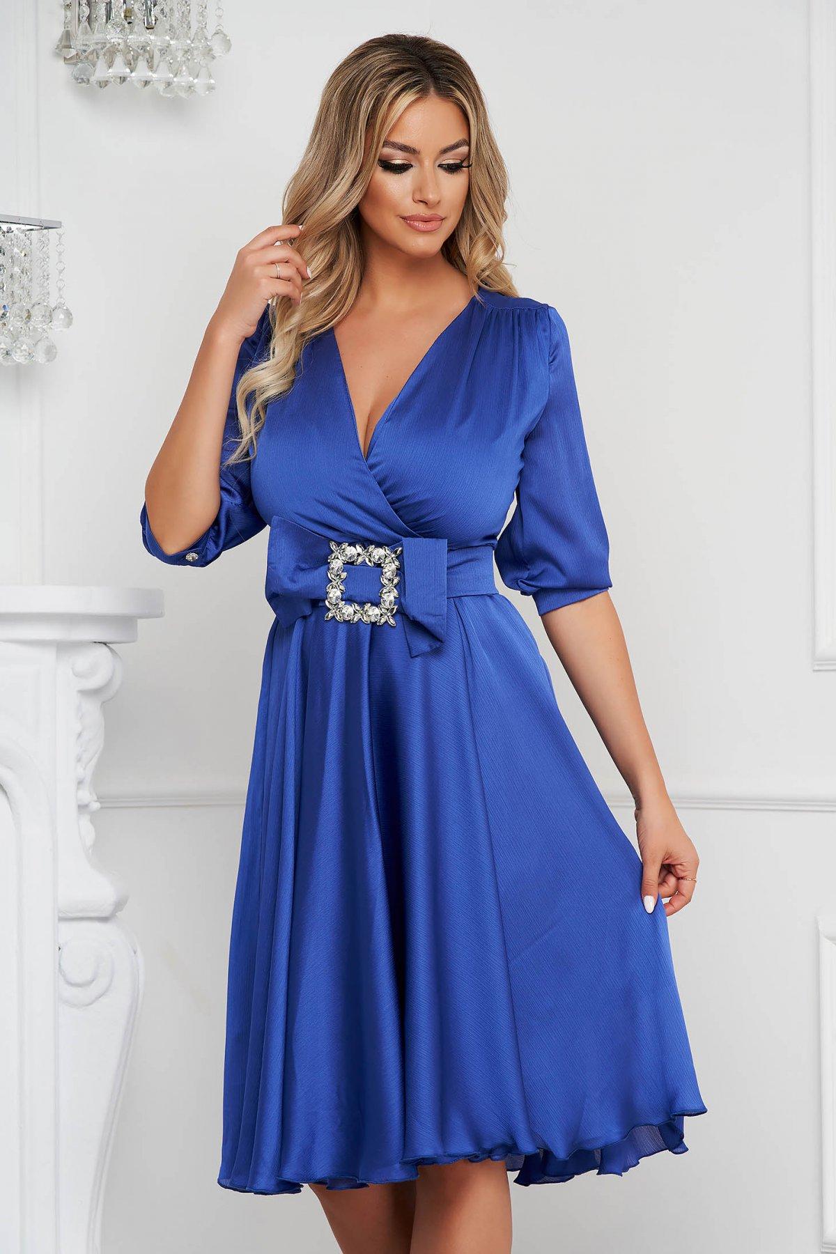 Rochie PrettyGirl albastra eleganta midi in clos din satin accesorizata cu o catarama