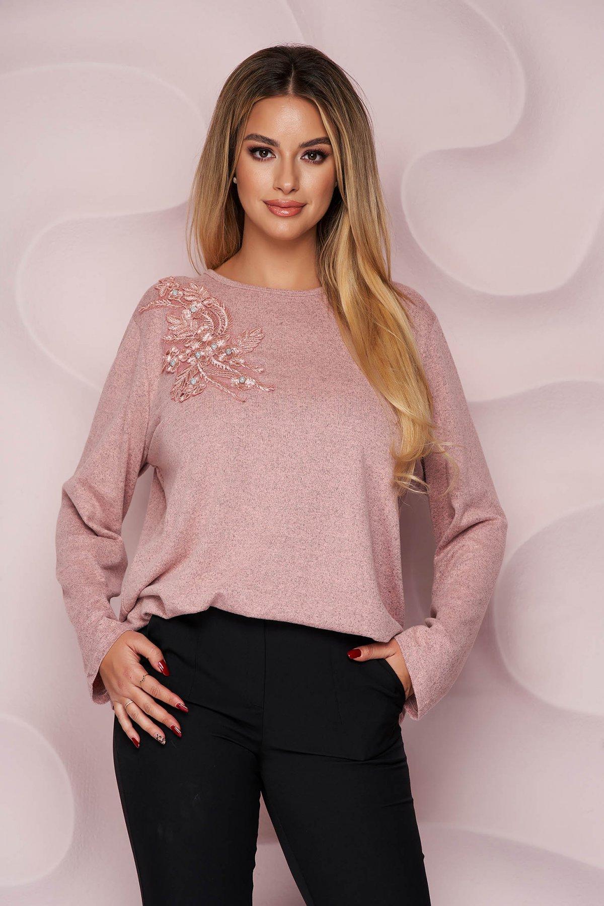 Bluza dama Lady Pandora roz office cu croi larg din material tricotat elastic si subtire si broderie florala
