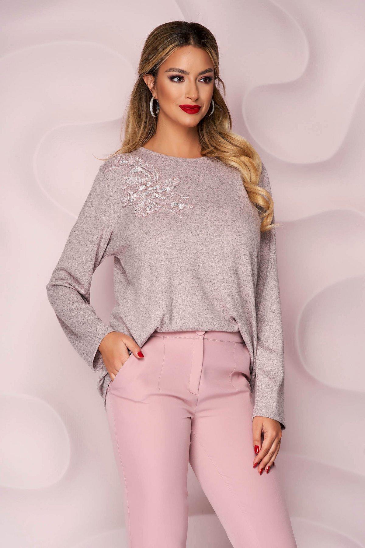 Bluza dama Lady Pandora roz prafuit office cu croi larg din material tricotat elastic si subtire si broderie florala