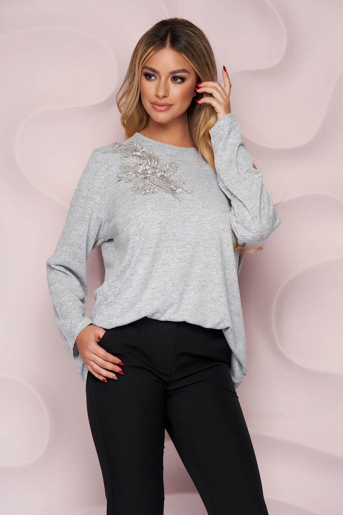 Bluza dama Lady Pandora gri office cu croi larg din material tricotat elastic si subtire si broderie florala