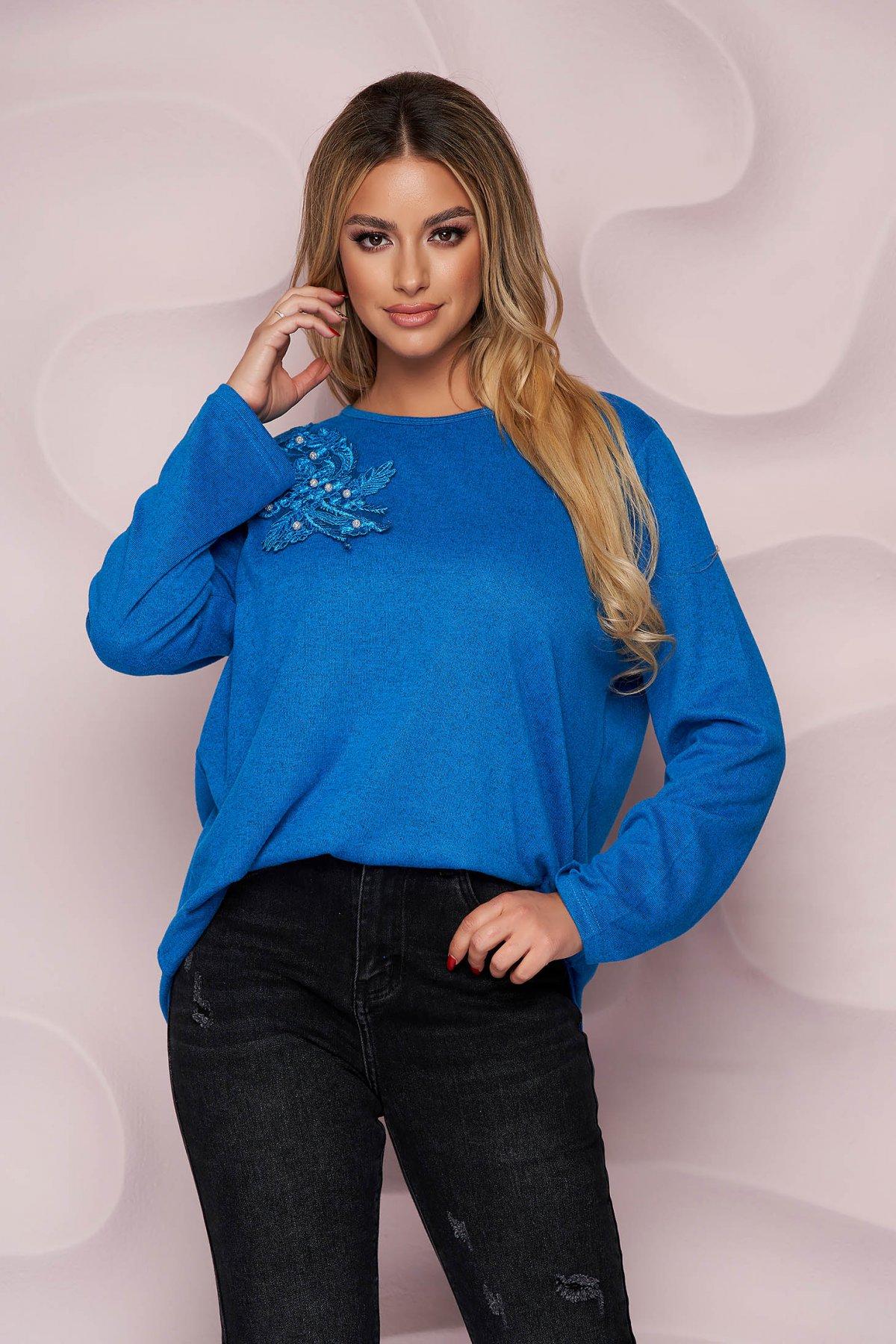 Bluza dama Lady Pandora albastra office cu croi larg din material tricotat elastic si subtire si broderie florala
