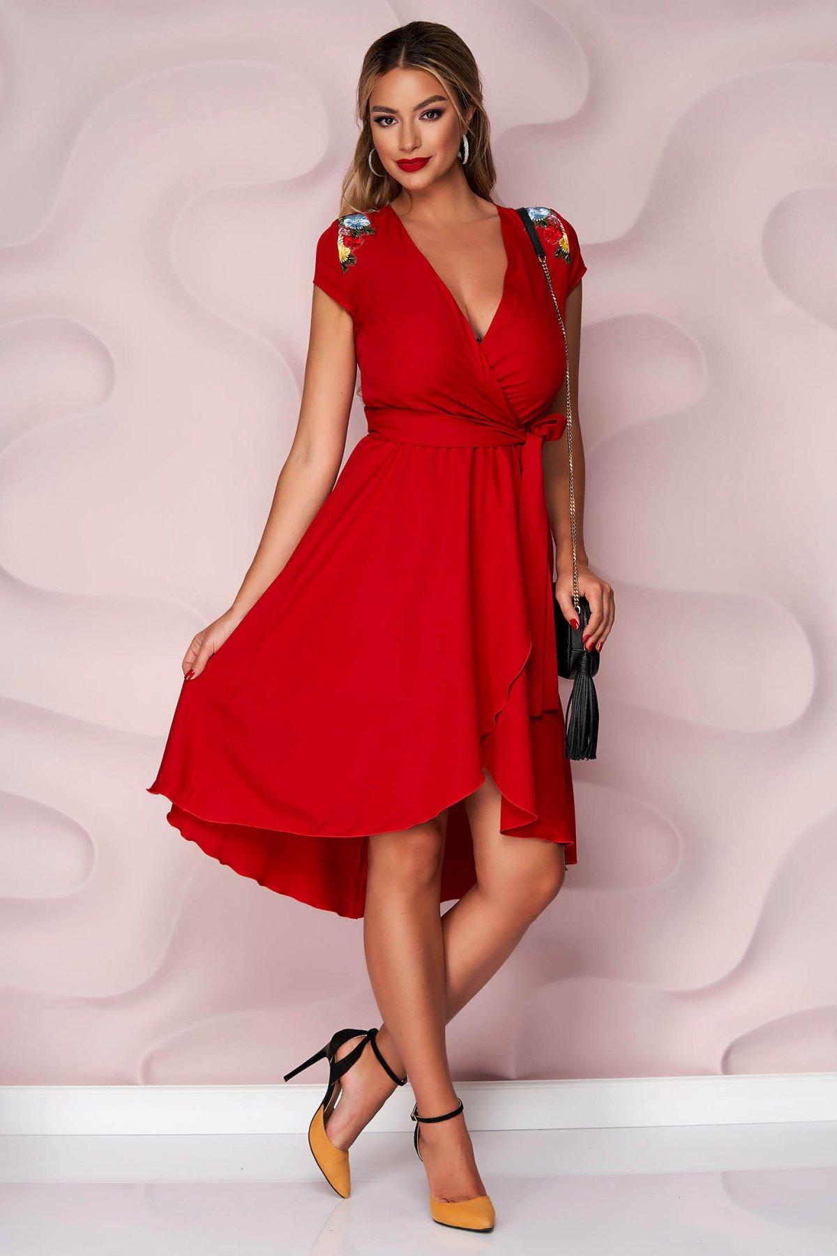 Rochie StarShinerS rosie asimetrica de ocazie in clos cu elastic in talie din material subtire si neelastic si broderie florala pe umeri