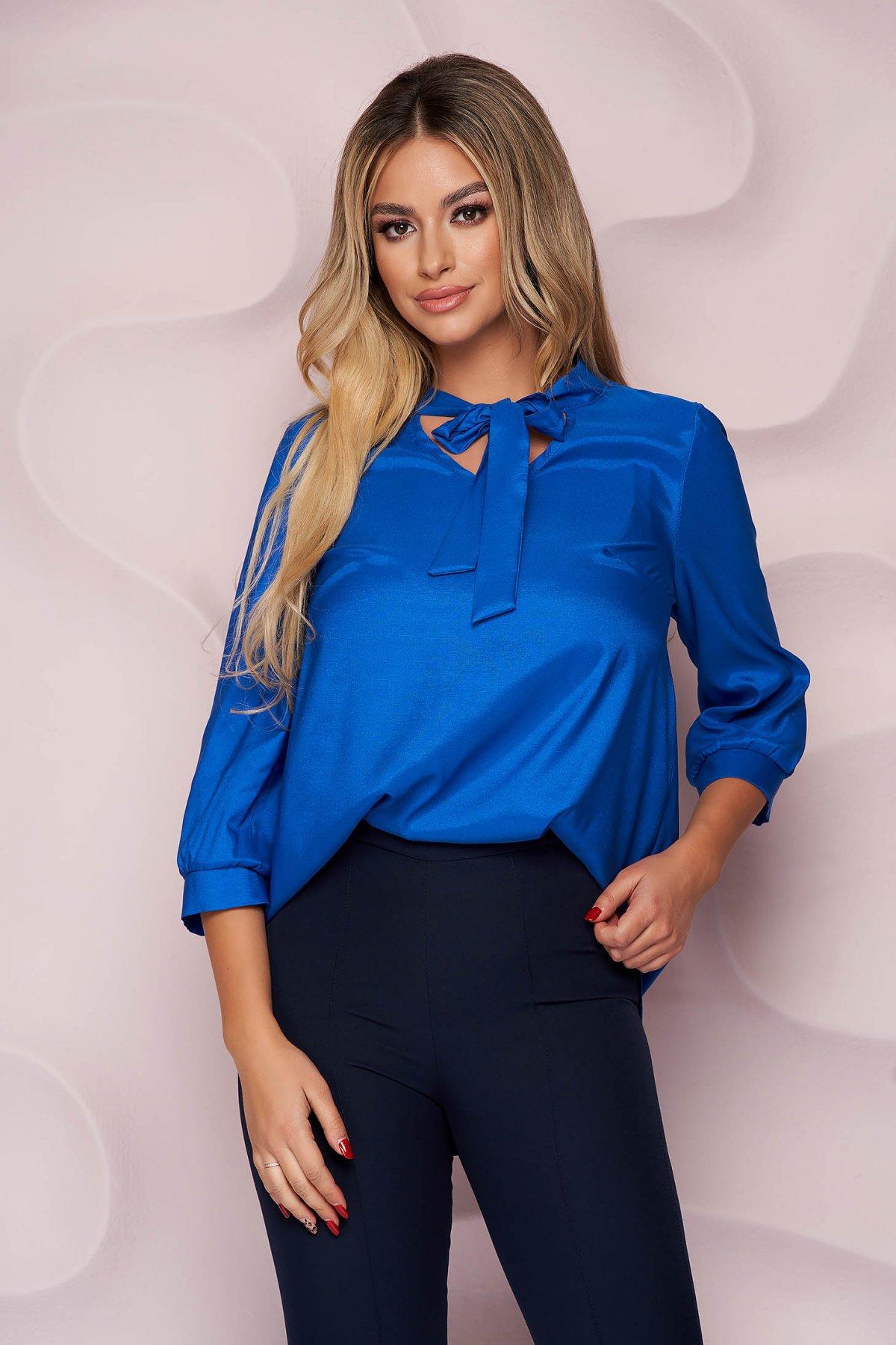 Bluza dama StarShinerS albastra office cu croi larg asimetrica din satin subtire si neelastic care se leaga cu fundita