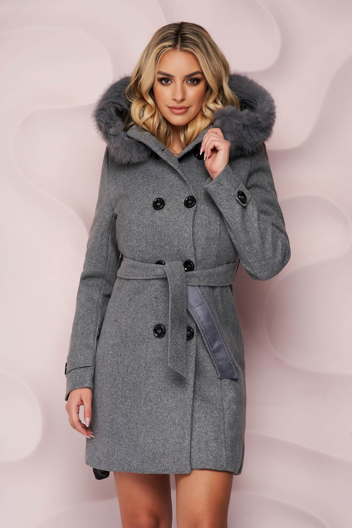 Palton SunShine gri elegant cu un croi cambrat din material gros cu insertii de blana ecologica detasabile si cordon detasabil